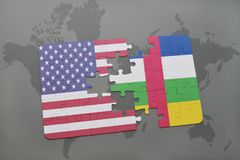 déconcertez avec le drapeau national des Etats-Unis d'Amérique et de la république centrafricaine sur un fond de carte du monde Photographie stock