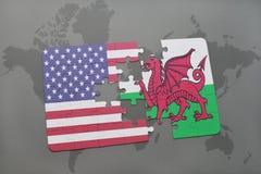 déconcertez avec le drapeau national des Etats-Unis d'Amérique et du Pays de Galles sur un fond de carte du monde illustration libre de droits