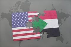 déconcertez avec le drapeau national des Etats-Unis d'Amérique et du Soudan sur un fond de carte du monde Photos libres de droits