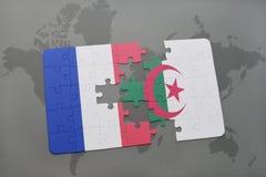 déconcertez avec le drapeau national des Frances et de l'Algérie sur un fond de carte du monde Images stock