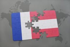 déconcertez avec le drapeau national des Frances et de l'Autriche sur un fond de carte du monde Photo libre de droits