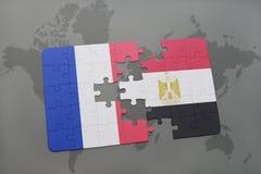 déconcertez avec le drapeau national des Frances et de l'Egypte sur un fond de carte du monde Photographie stock libre de droits