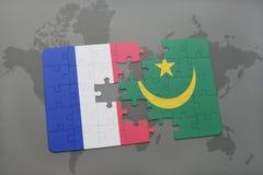 déconcertez avec le drapeau national des Frances et de la Mauritanie sur un fond de carte du monde Photographie stock libre de droits