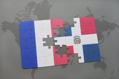 déconcertez avec le drapeau national des Frances et de la République Dominicaine sur un fond de carte du monde Photographie stock libre de droits