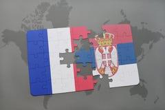 déconcertez avec le drapeau national des Frances et de la Serbie sur un fond de carte du monde Image libre de droits