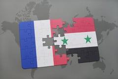déconcertez avec le drapeau national des Frances et de la Syrie sur un fond de carte du monde Photos libres de droits