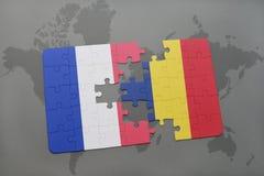 déconcertez avec le drapeau national des Frances et du confetti sur un fond de carte du monde Photo stock
