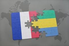 déconcertez avec le drapeau national des Frances et du Gabon sur un fond de carte du monde Photos libres de droits
