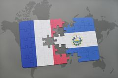 déconcertez avec le drapeau national des Frances et du Salvador sur un fond de carte du monde Photos libres de droits