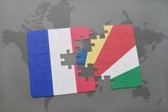déconcertez avec le drapeau national des Frances et des Seychelles sur un fond de carte du monde Photo stock