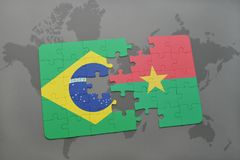 déconcertez avec le drapeau national du Brésil et du Burkina Faso sur un fond de carte du monde Image libre de droits