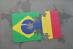 déconcertez avec le drapeau national du Brésil et de la Roumanie sur un fond de carte du monde Photos stock