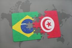 déconcertez avec le drapeau national du Brésil et de la Tunisie sur un fond de carte du monde Image stock