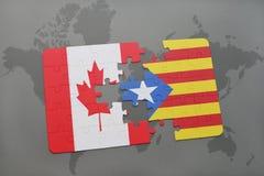 déconcertez avec le drapeau national du Canada et de la Catalogne sur un fond de carte du monde Photo libre de droits