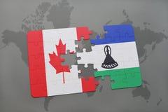 déconcertez avec le drapeau national du Canada et du Lesotho sur un fond de carte du monde Photos libres de droits