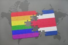 déconcertez avec le drapeau national du Costa Rica et le drapeau gai d'arc-en-ciel sur un fond de carte du monde Photo libre de droits