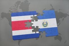 déconcertez avec le drapeau national du Costa Rica et du Salvador sur un fond de carte du monde Photos stock
