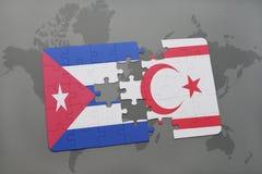 déconcertez avec le drapeau national du Cuba et de la Chypre du nord sur un fond de carte du monde Photos libres de droits