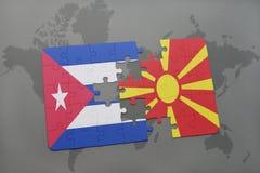 déconcertez avec le drapeau national du Cuba et de la Macédoine sur un fond de carte du monde illustration stock