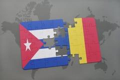déconcertez avec le drapeau national du Cuba et de la Roumanie sur un fond de carte du monde Images libres de droits