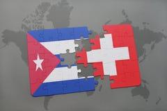 déconcertez avec le drapeau national du Cuba et de la Suisse sur un fond de carte du monde Photographie stock