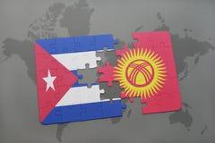 déconcertez avec le drapeau national du Cuba et du Kirghizistan sur un fond de carte du monde Image stock