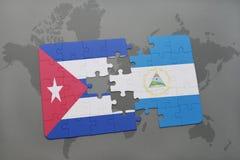 déconcertez avec le drapeau national du Cuba et du Nicaragua sur un fond de carte du monde Photographie stock libre de droits