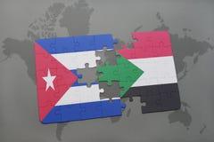 déconcertez avec le drapeau national du Cuba et du Soudan sur un fond de carte du monde Photos libres de droits