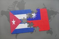 déconcertez avec le drapeau national du Cuba et du Taiwan sur un fond de carte du monde Images libres de droits