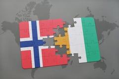 déconcertez avec le drapeau national du divoire de la Norvège et de la petite ferme sur une carte du monde Photographie stock
