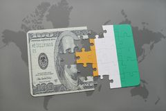 déconcertez avec le drapeau national du divoire de petite ferme et du billet de banque du dollar sur un fond de carte du monde Images stock