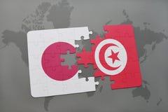 déconcertez avec le drapeau national du Japon et de la Tunisie sur un fond de carte du monde Photos libres de droits