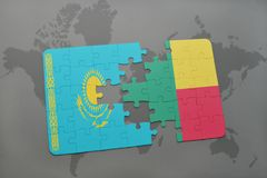 déconcertez avec le drapeau national du Kazakhstan et du Bénin sur une carte du monde Images libres de droits