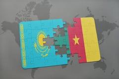 déconcertez avec le drapeau national du Kazakhstan et du Cameroun sur une carte du monde Photographie stock