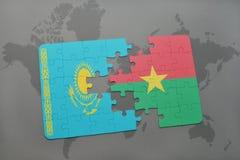 déconcertez avec le drapeau national du Kazakhstan et de Burkina Faso sur une carte du monde Photo libre de droits