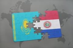 déconcertez avec le drapeau national du Kazakhstan et du Paraguay sur une carte du monde Images stock