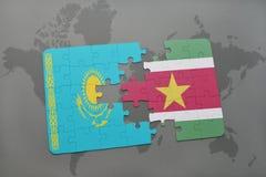 déconcertez avec le drapeau national du Kazakhstan et du Surinam sur une carte du monde Image stock