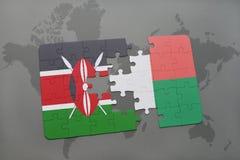 déconcertez avec le drapeau national du Kenya et du Madagascar sur une carte du monde Photo stock