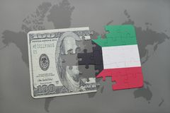 déconcertez avec le drapeau national du Kowéit et du billet de banque du dollar sur un fond de carte du monde Photo stock