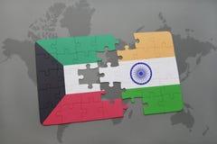 déconcertez avec le drapeau national du Kowéit et de l'Inde sur un fond de carte du monde Image libre de droits