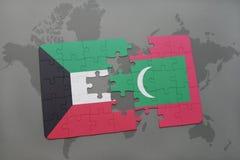 déconcertez avec le drapeau national du Kowéit et des Maldives sur un fond de carte du monde Photos libres de droits