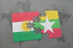 déconcertez avec le drapeau national du Kurdistan et du myanmar sur un fond de carte du monde Image libre de droits