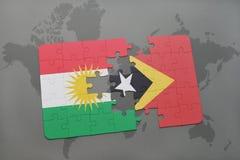déconcertez avec le drapeau national du Kurdistan et du Timor oriental sur un fond de carte du monde Photo stock