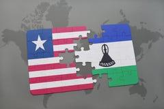 déconcertez avec le drapeau national du Libéria et du Lesotho sur une carte du monde Photos libres de droits