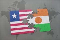 déconcertez avec le drapeau national du Libéria et du Niger sur une carte du monde Photographie stock