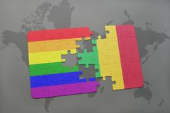 déconcertez avec le drapeau national du Mali et le drapeau gai d'arc-en-ciel sur un fond de carte du monde Photo libre de droits