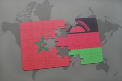 déconcertez avec le drapeau national du Maroc et du Malawi sur une carte du monde Photos stock