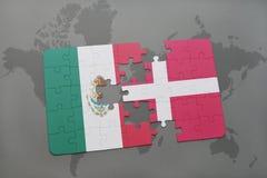 déconcertez avec le drapeau national du Mexique et du Danemark sur un fond de carte du monde Photos libres de droits