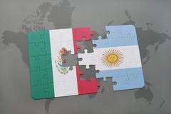 déconcertez avec le drapeau national du Mexique et de l'Argentine sur un fond de carte du monde Images libres de droits