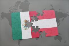 déconcertez avec le drapeau national du Mexique et de l'Autriche sur un fond de carte du monde Images stock